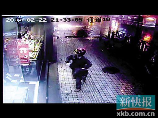 女子在进店霎时从包里取出一把塑料枪。