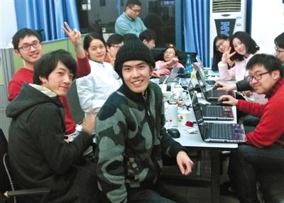 翻译过程中,翻译组的学生把更多精力花在协调、整合工作上,他们时常忙到深夜,靠相互鼓励坚持将报告译完。受访者供图