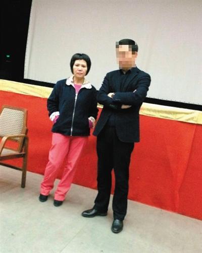 3月15日,一度失联的吴芳芳(左)现身和五金城商户谈判。