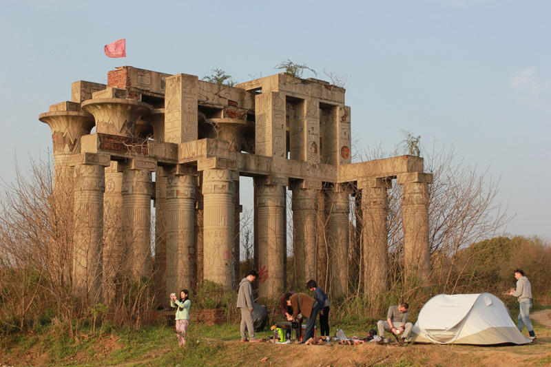 在金字塔、神庙修筑等烧毁景点前支起帐子、炊具,停止野餐烧烤、露营。