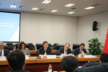"""2015年3月18日至20日,外交部与经合组织合作举办的二十国集团(G20)干部培训项目正式启动。李保东副部长与经合组织G20事务协调人、秘书长办公室主任拉莫斯共同出席了启动仪式,并围绕""""作为全球治理关键支柱的G20""""发表讲话。外交部和国家发展改革委、监察部、财政部、人力资源和社会保障部、商务部、人民银行、国家能源局等相关部门近40名业务骨干参加培训。课程主要由经合组织专家围绕G20所涉税收、贸易和创新等议题组织案例教学,并由沃顿商学院教授讲解沟通协调等软技巧。学员一致认为,本次课程内容设计针对性强,讲授形式多样,有助于提高业务水平,更好地从事中国主办2016年G20峰会等各项工作。"""