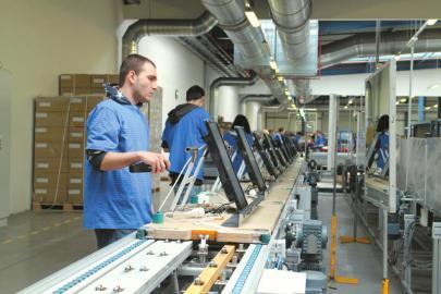 长虹捷克工厂生产线上的工人.图片
