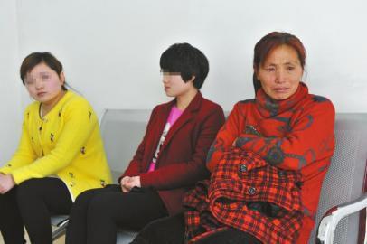 在成都市郫县郫筒派出所,任女士对女儿晓之以理的沟通,并没有得到两个女儿的回应,流下心酸的泪水。