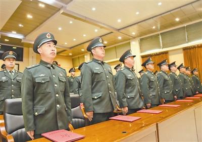 原文配图:黑龙江省军区首次举行高级士官晋升军衔仪式。