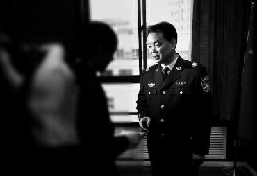 陕西省公安厅厅长正向市民发放举报奖金(图片来源:华商报)