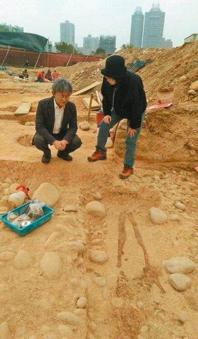 安和路左近挖出46具距今4800年的人骨,�倥_中今朝出土最古早的文物。(�_�场督Y合�蟆�/�者洪敬�� �z)