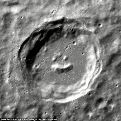 """据NASA称:""""现在发现的这个陨石坑,结构十分复杂,其中心顶峰还形成了一个类似笑脸的图案。""""工程师们发现了这个陨石坑后,便拍摄了它的图片<b"""