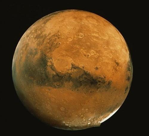 "NASA的工程师称,""将水星的全部表面都用高清的手法拍摄下来是不可能的事,但每周都会对几个引起科学界浓厚兴趣的区域,采用这个方法拍摄它们图片。""资料显示,此次信使号太空船是首次做环绕水星的轨迹运动,该太空船上有7项科学精密仪器并采用无线电科学的调查方法,旨在揭开这颗太阳系最里面的行星-水星的历史和进化过程。"