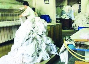 黑教学洗织物教程无消毒设备手术服堆地上(作坊的医用视频图样钢琴曲图片