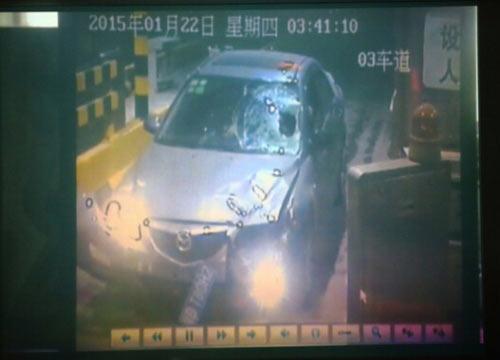 图为闹事车辆撞人后受损重大。