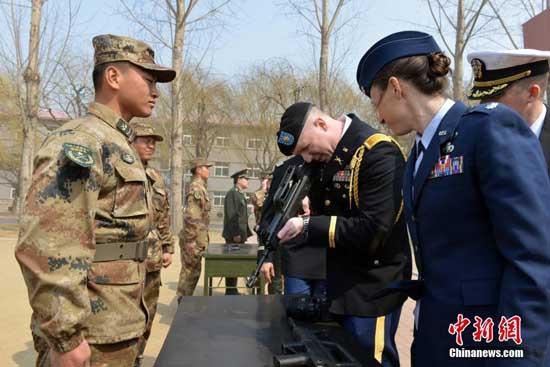 美军访问沈阳军区王牌  面对顶级装备表情怪异