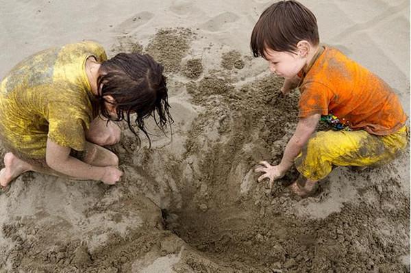 """""""即使孩子穿的不是新衣,玩耍是孩子的天性,也是孩子的权利."""
