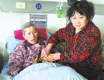 杨密斯在病院关照丈夫。