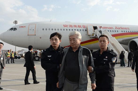 3月28日下午,潜逃老挝的天津市国税局直属分局原局长庞顺喜被押解回国。(中央纪委监察部网站 祖晓冬 摄)