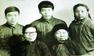一张特别的百口福,张崇贞白叟(前右一)是不行或缺的家庭成员材料图像