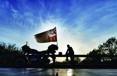 一辆摩托车、一面寻子旗,18年来郭刚堂就这样一直在寻亲路上 摄/法制晚报记者 郭谦