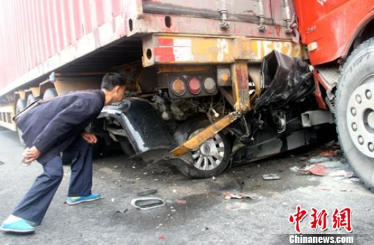 追尾事故现场轿车被挤入货车底部。 钟欣 摄