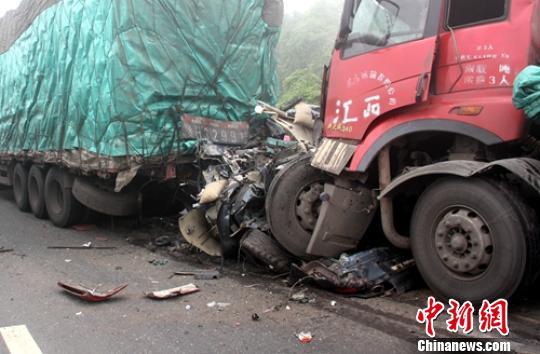 事故现场很受伤的小轿车。 钟欣 摄