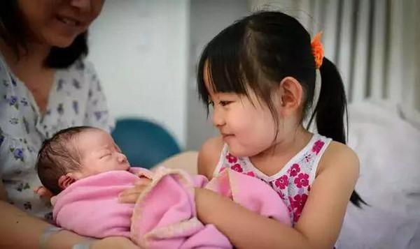 姐姐写给二胎妹妹的满月祝福,感动亿万人