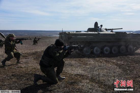 资料图:乌克兰东部民间武装在顿涅茨克Yenakiyeve附近举行大规模军演。