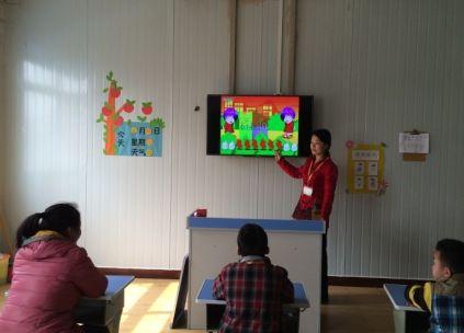 郑州厚德小学几名星儿正在上课