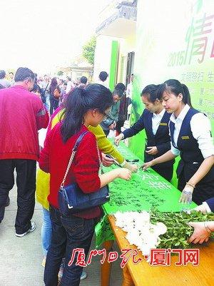 一些祭扫点推出赠送鲜花的活动,提倡文明祭扫。