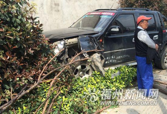 肇事皮卡撞墙停下,司机逃逸。
