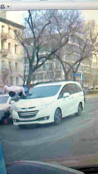 无号牌本田商务车 撞飞八旬老两口跑了