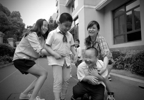 2014年6月,8岁的衡衡接受了三年的自闭症个训等教育康复训练后已能随班就读