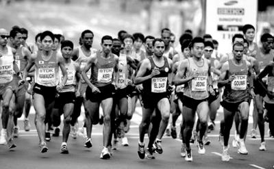 选手阿贝贝·贝基拉赤脚站在马拉松跑道上时-阿贝贝 贝基拉 贝基拉怪图片