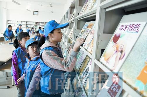 商报小记者在参观学校的图书馆
