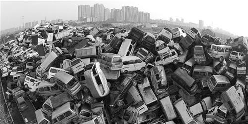 数千辆作废车稀稀拉拉停在这里,拆上去的整机、发起机到处可见。 胡元勇 摄