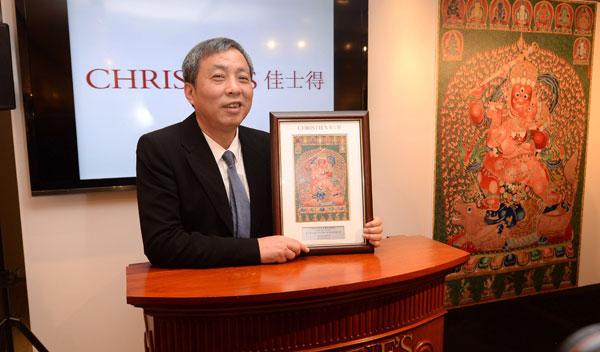 3月12日,刘益谦在香港佳士得拍卖行展示唐卡拍品证书。 新华社 供图
