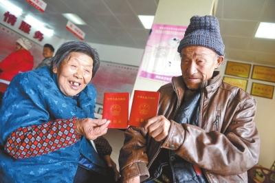 领到结婚证的老人喜笑颜开