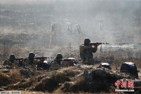 资料图:乌克兰日托米尔附近,乌克兰政府军举行军演,士兵发射火炮跳伞秀战力。