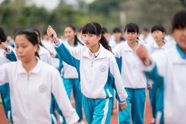 广东惠州新生军训女孩挥匕首学防身(图)