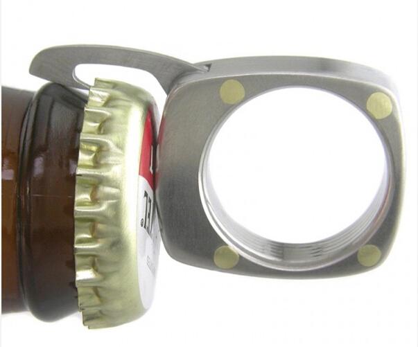 一枚戒指可以有多大的作用呢?今天,我们就来介绍一款多功能的戒指。珠宝制造商Bruce Boone将戒指开发成四种实用的迷你工具:开瓶器、直刃、锯齿刀片和一把迷你小梳子。使用者可以将戒指带到户外,或者在家庭聚餐时将其作为开食品的工具,女性朋友还可以利用暗藏其中的迷你梳,让自己在户外时刻保持最佳状态。