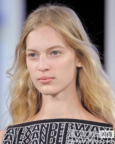 脸卷�y�`z(c9aY�_富有蓬松感的发卷会给人亲切感.避免中分发型,会让脸型更加生硬.