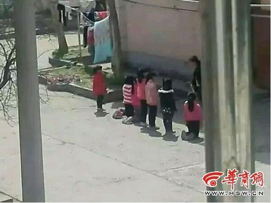八名被罚门生此中四名门生跪在地上