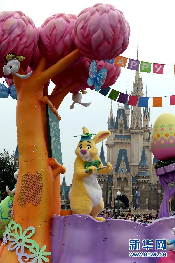 4月1日,在日本东京迪士尼乐园,演员扮作卡通人物参加花车巡游.图片