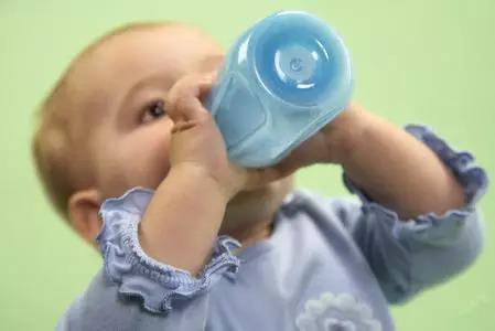 爸爸冲奶粉,差点要了宝宝命!
