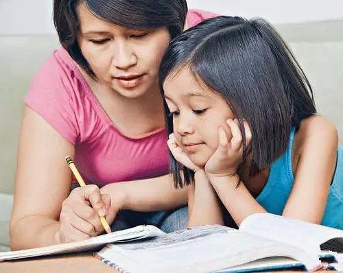 父母陪孩子写作业的五个弊端图片