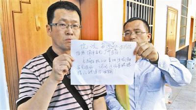 律师隋牧青(左)和蔡瑛求见区伯被拒后提出书面抗议