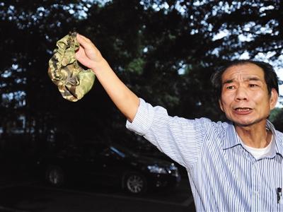 2013年4月23日,广州,区伯在流花湖内的高档酒楼摸查公车私用情况。图/CFP