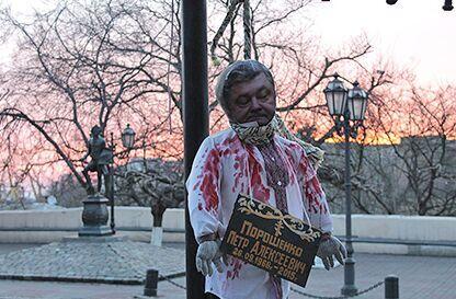 贴有乌总统波罗申科头像的人形玩偶被挂在敖德萨市中心的一个指示杆上。