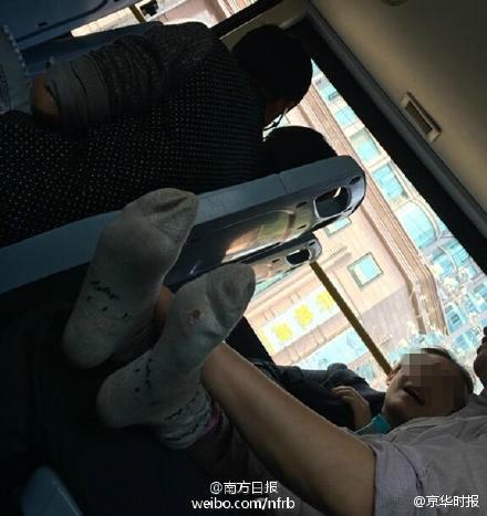 在正外行驶的810路公交车上,一对40岁摆布的中年男女偎依在一同,目中无人地缱绻亲近、接吻,女的乃至卸下了本人的鞋袜,全然掉臂四周搭客们异常的眼光。昨日上午,王老师拨打本报热线德律风82333333,向记者反应无情侣在公交上激吻半小时的事件。