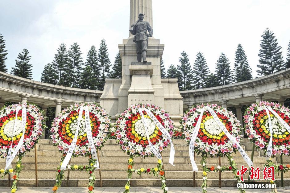 中学生在雨花台烈士纪念碑前凭吊