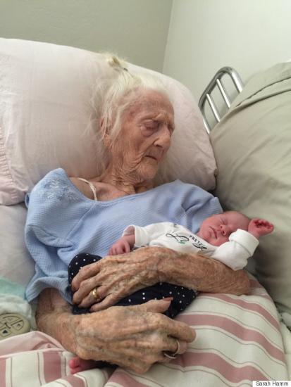图为101岁的白叟罗莎度量刚出身不久的玄孙女,这张温馨动人的相片在收集上疯传,取得有数网友点赞。。