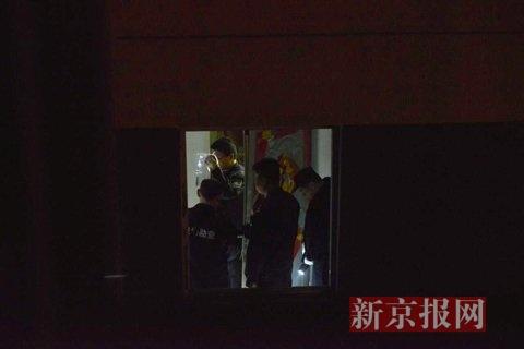 现场勘测职员在事发屋表里勘测。新京报记者 王嘉宁 摄