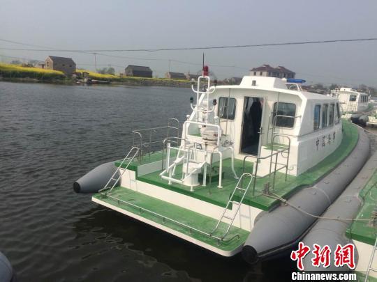 """""""海巡08212""""艇被誉为""""海上不倒翁"""",该艇为玻璃钢质高速艇,长12.35米,续航力300海里,设计航速不低于36节,为普通救助船的2倍。 刘坤伟 摄"""